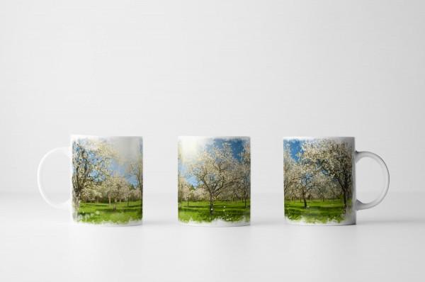 Tasse Apfelbäume im Sonnenschein