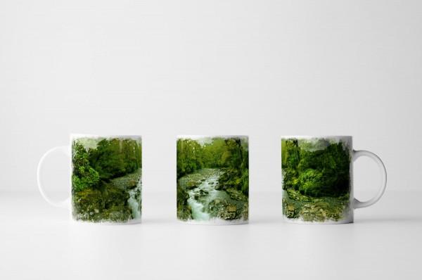 Tasse Grünes Flussbett im Dschungel