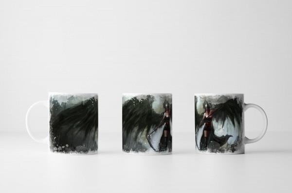 Tasse Weibliche Kriegerin mit großen schwarzen Flügeln