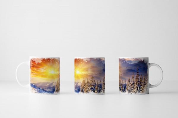 Tasse Bunter Sonnenaufgang in Schneelandschaft