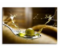 Leinwandbild Olivenöl auf Löffel mit Olive