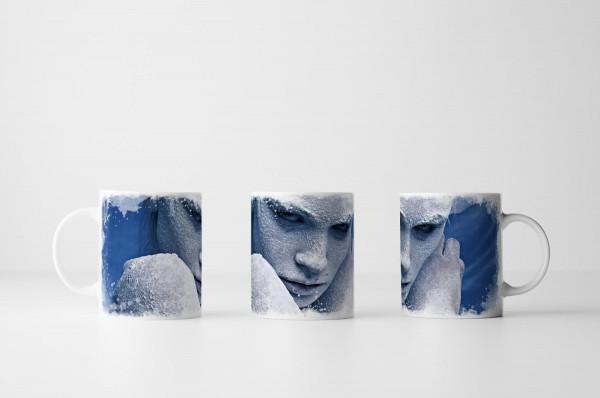Tasse Ein mit Schnee bedecktes Mädchen