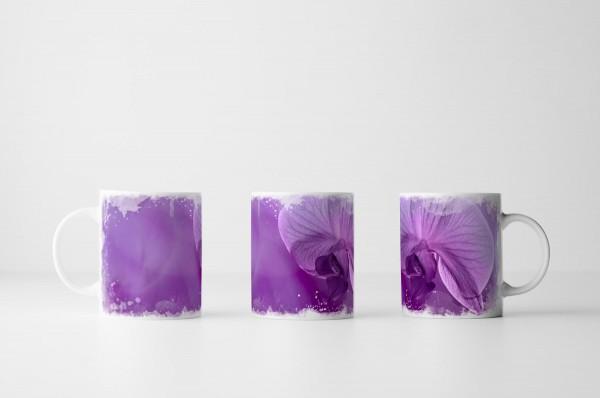Tasse Lila Orchidee auf lila Hintergrund