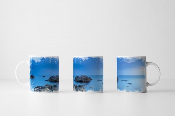 Tasse Felsen in blauer Landschaft