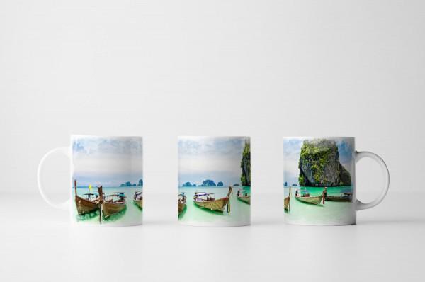 Tasse Langboote am sonnigen Strand