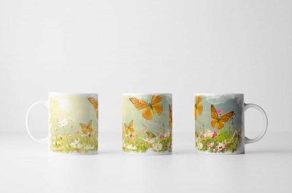 Tasse Schmetterlinge auf sonniger Sommerwiese
