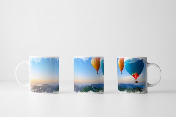 Tasse Heißluftballons über Berglandschaft