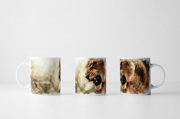Tasse Brüllende Löwin vor grauem Himmel