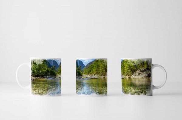 Tasse Flussbett im Sommer