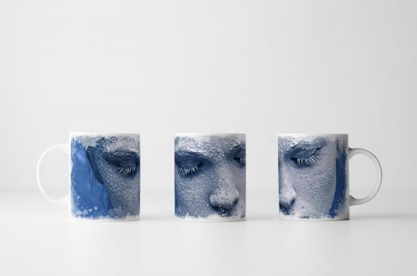 Tasse Porträt eines mit Schnee bedeckten Mädchens