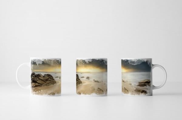 Tasse Strand mit Sonne und dramatischen Wolken