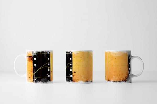 Tasse Filmstreifen vor orangem Hintergrund