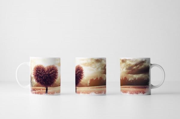 Tasse Fotocollage von herzförmigen Baum auf rosa Wiese