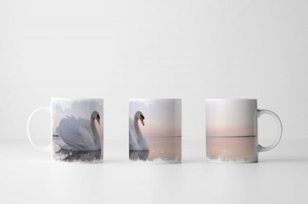 Tasse Schwan auf sonnigem See