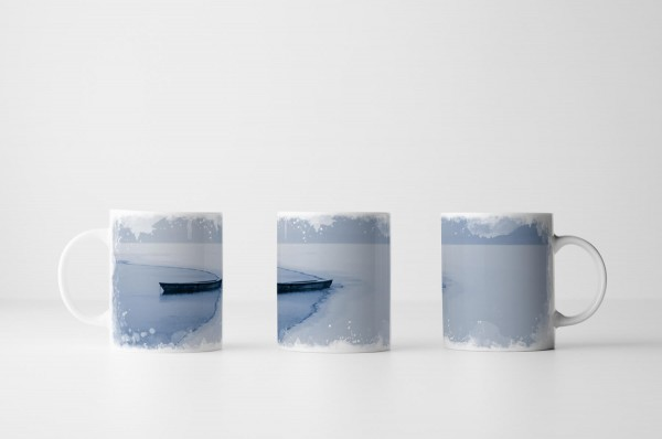 Tasse Einsames Boot am eingefrorenen See