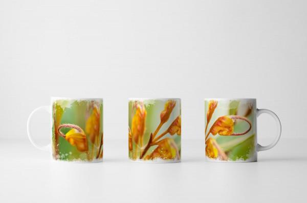 Tasse Gelbe Blüten vor grünem Grund