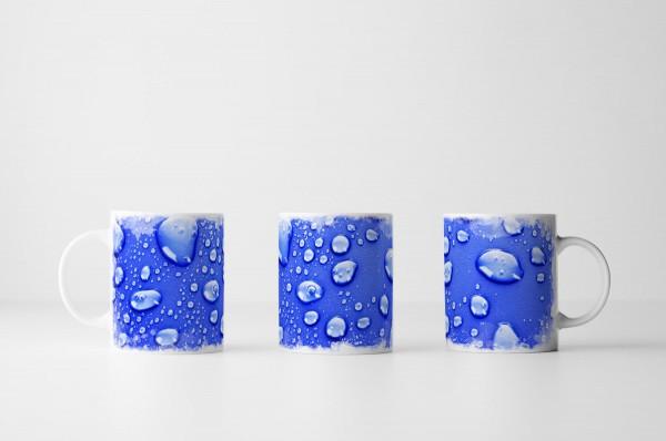 Tasse Wassertropfen auf Ultramarin