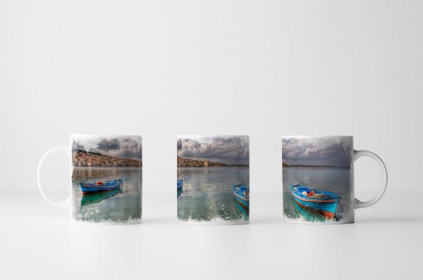 Tasse Türkises Boot im grauen Meer