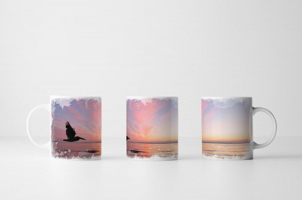 Tasse Sonnenaufgang mit Pelikan im Flug