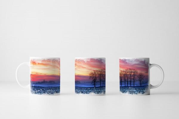Tasse Bäume vor buntem Himmel