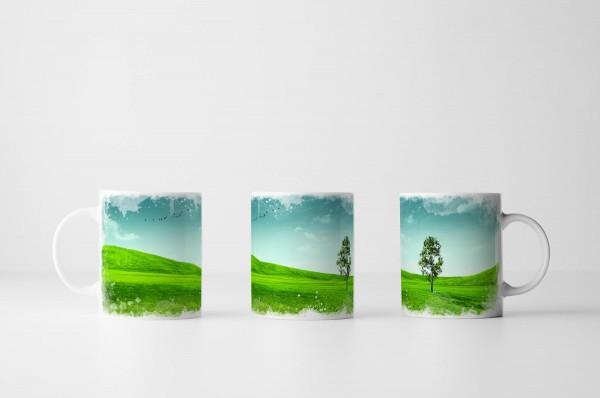 Tasse Einsamer Baum auf grüner Wiese