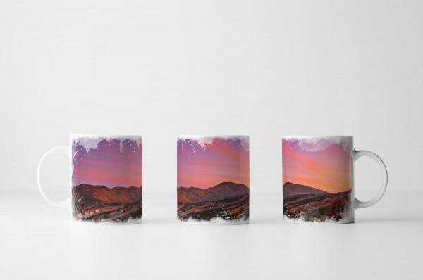 Tasse Oranger Himmel über dem Gebirge