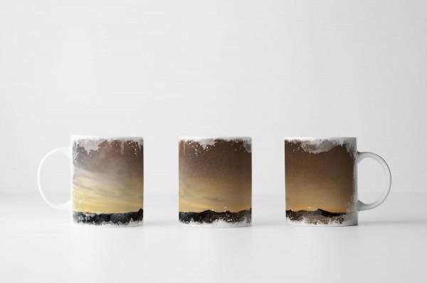 Tasse Milchstraße über karger Landschaft