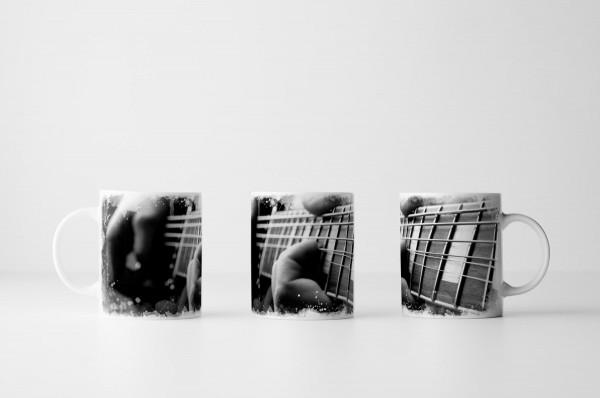 Tasse Gitarrenriff von der Seite schwarz weiß