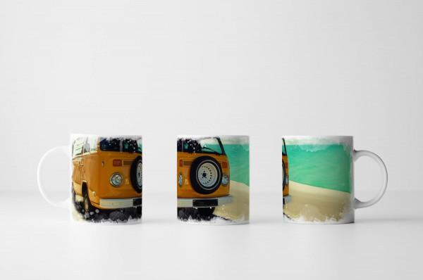 Tasse Oranger VW Bus an der Küste